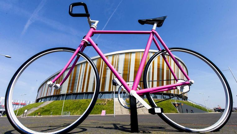 Een roze fiets bij het sportcentrum Omnisport in Apeldoorn. Beeld null