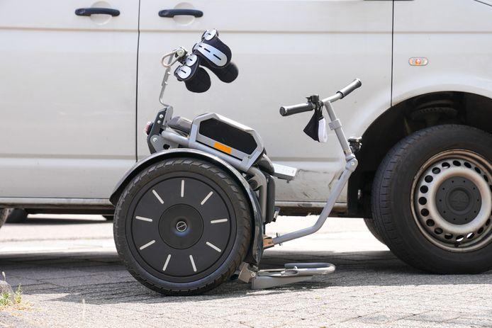 De invalidenwagen waar de vrouw in zat