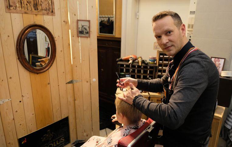 Kapper Koen Nickmans gaf de bezoekers een gratis kapbeurt.