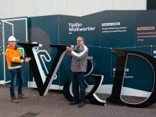 Deze oude V&D-letters hangen straks in de tuin van Ruud: 'Dit wordt een pronkstuk!'