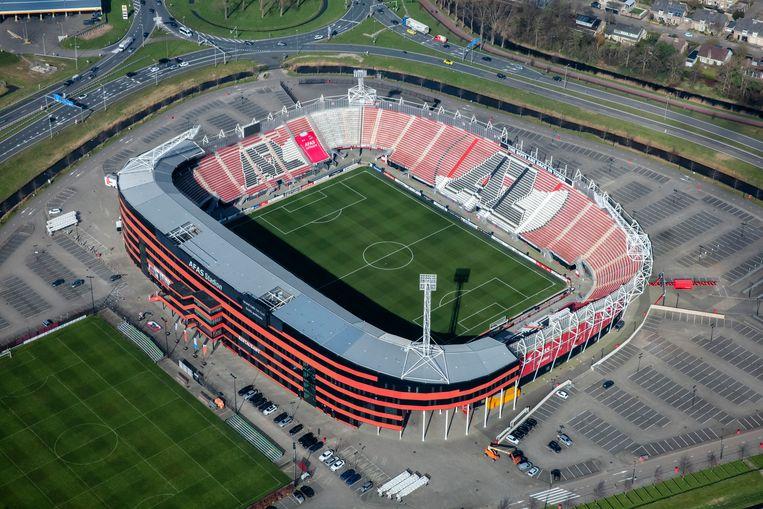 Een luchtfoto van het AFAS-stadion zonder een gedeelte van het dak. Beeld ANP