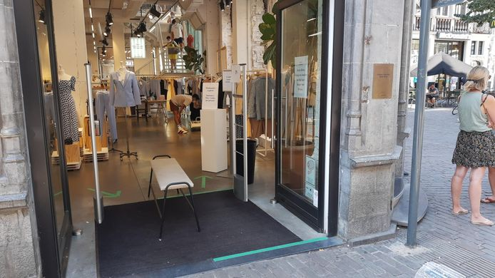 In 60 procent van de Gentse winkels staat de deur open terwijl de airco draait.
