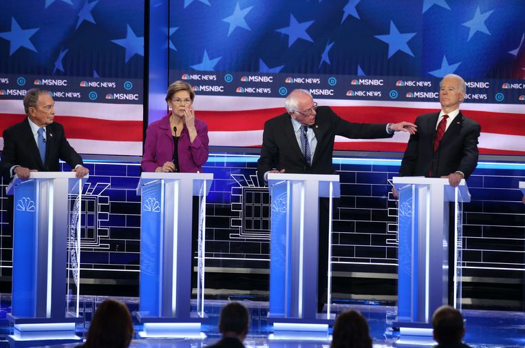 Vlnr. Michael Bloomberg, Elizabeth Warren, Bernie Sanders en Joe Biden. Vooral de drie heren hopen morgen op Super Tuesday de ultieme frontrunner bij de Democraten te kunnen worden. Beeld AFP
