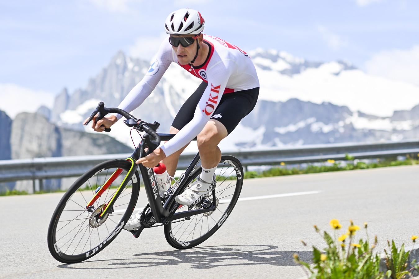 Een renner van de Zwitserse selectie in actie tijdens de klimtijdrit.