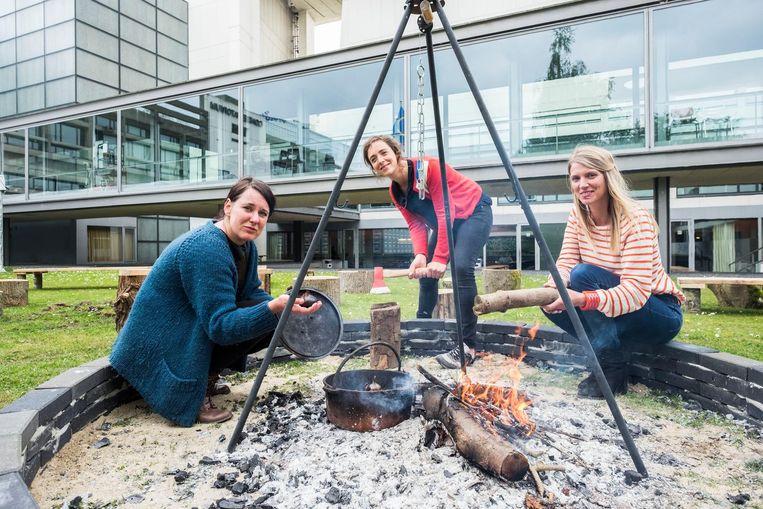 Nathalie, Katrien en Katrijn in de vuurput.