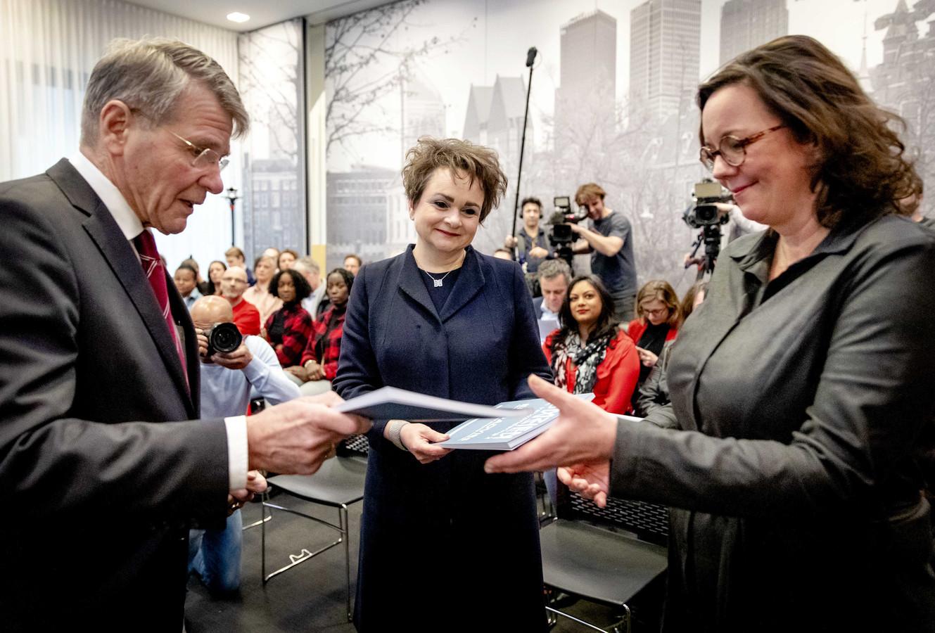 Voorzitter Piet Hein Donner overhandigt het eindrapport van de adviescommissie uitvoering toeslagen aan staatssecretarissen Alexandra van Huffelen (Financiën) en Tamara van Ark (Sociale Zaken en Werkgelegenheid).