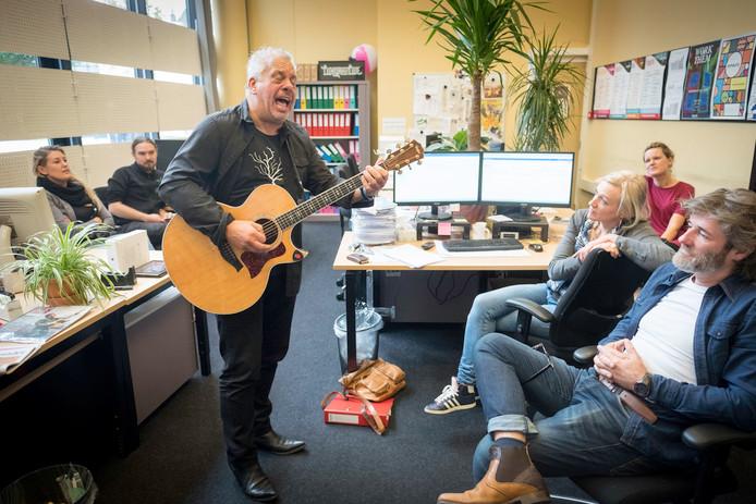 Lain Barbier brengt medewerkers van poppodium LuxorLive eind vorig jaar een serenade. Foto: Erik van 't Hullenaar.