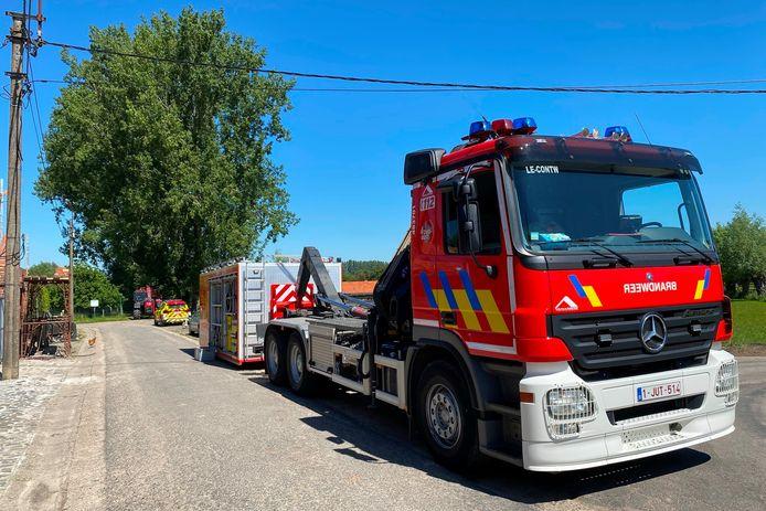 De brandweer voerde groot materiaal aan om stier Juleke uit de gracht te halen.