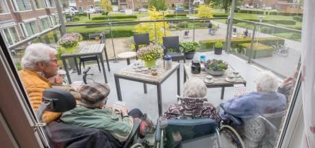 Ouderen genieten van balkonbingo door jongeren