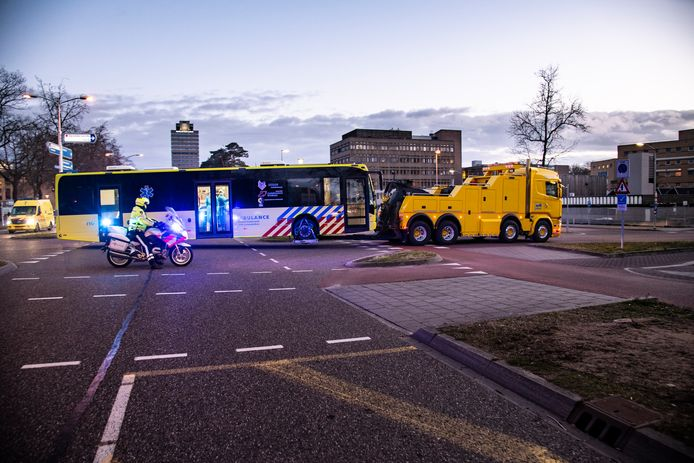 De IC-bus arriveert - met sleepwagen - bij het Radboudumc in Nijmegen voor een korte check van de patiënten.