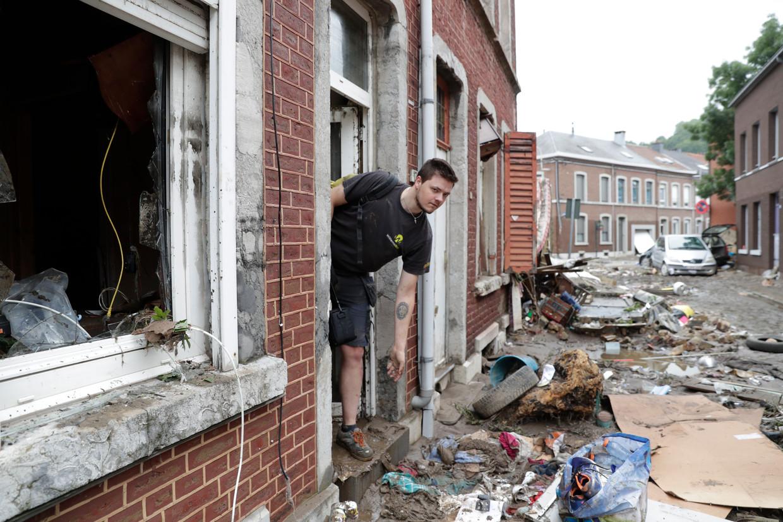 In Verviers ruimen inwoners puin uit hun huizen. Beeld EPA