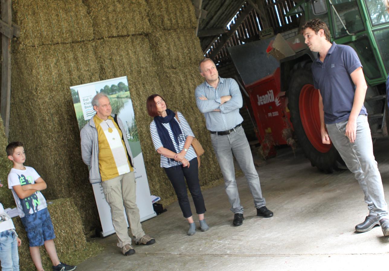 Hein Klaasen presenteert zijn biologisch melkveebedrijf aan leden van de Landcoöperatie.
