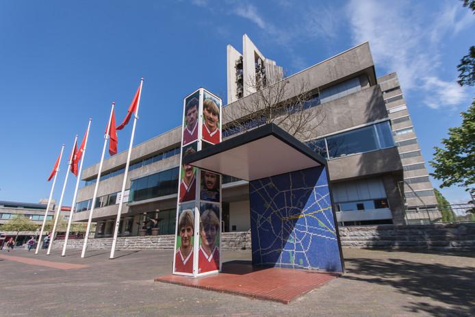 Zijkant van het Stadhuis in Eindhoven met de Rietveld-abri. Die blijft zeker tot en met 2019 in beheer bij de stichting Bushalte van Rietveld.