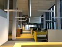 Het vernieuwde hoofdgebouw Atlas van de TU Eindhoven kent allerlei werkplekken, zoals hier op de verdieping van de ondersteunende diensten.