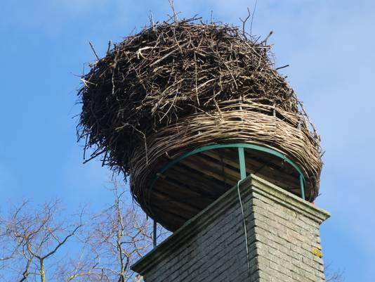 Ooievaarsnest dreigt met schoorsteen om te vallen in Breda