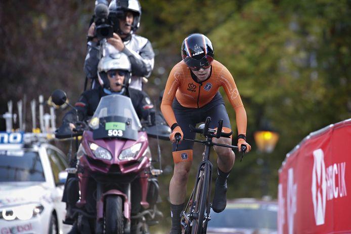 Shirin van Anrooij finisht in Harrogate in de tweede tijd.