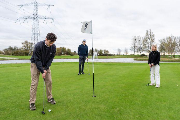 De golfsport zit door de coronacrisis in de lift. Dries Remeysen, Kitty de Muck en Siemen Herroelen slaan regelmatig een balletje op de golfbaan.