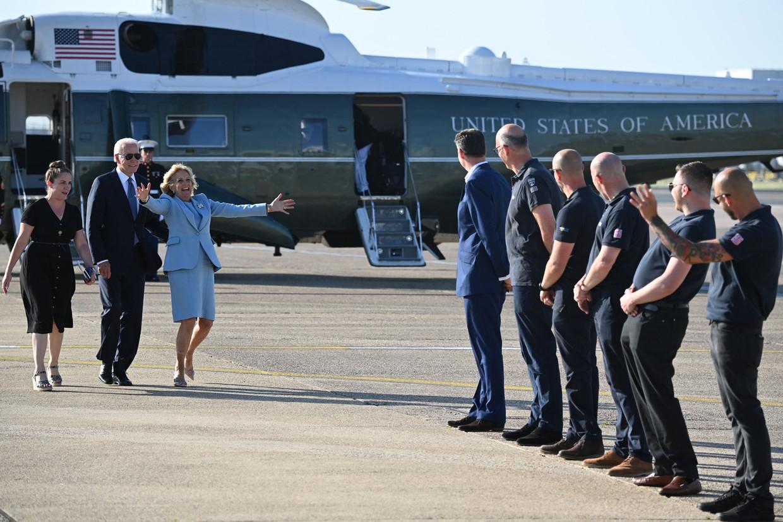 President Joe Biden en first lady Jill Biden komen zondag aan op de luchthaven van Cornwall in Wales voor een persconferentie over de G7-top. Beeld AFP