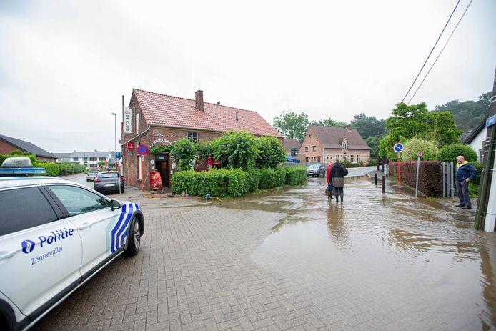 HALLE: Wateroverlast overstroming Buizingen: Nachtegaalstraat aan De Kluis.