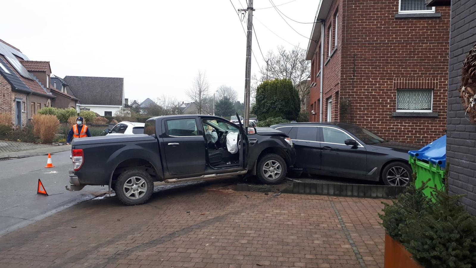 Bij het ongeval raakten vier wagens zwaar beschadigd.