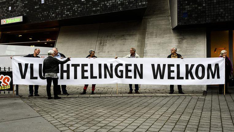 Een spandoek voorafgaand aan een bijeenkomst van de gemeenteraad over de mogelijke opvang van vluchtelingen. Beeld ANP