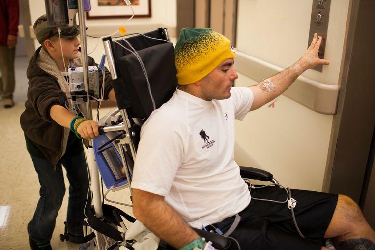 """Terwijl Isaac het leuk vond de rolstoel van zijn vader voort te duwen, had Joey het over wraak. """"Ik wilde een machinegeweer grijpen en bop, bop, bop doen"""", zei hij. """"Jij hebt op mijn vader geschoten, ik vermoord je."""" Beeld The New York Times"""