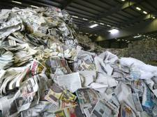 Opnieuw minder oud papier ingezameld: burgers klagen steen en been dat containers vol zitten