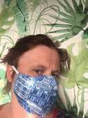 """Inge Kegel uit Bergen op Zoom. """"Het mondkapje is gemaakt van twee lagen katoen en geschikt voor een filter. Ik maak ze op bestelling!"""""""