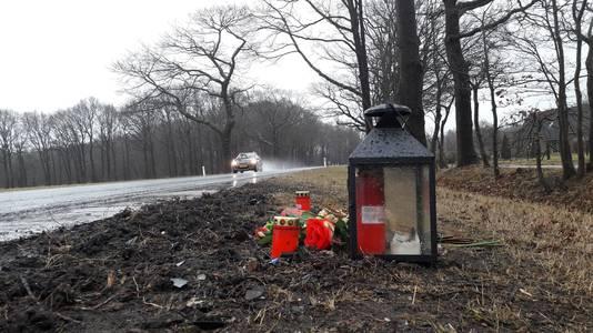 Het bermmonumentje langs de Zelhemseweg (N315) bij Ruurlo, ruim een maand na het fatale ongeval op maandag 5 februari.