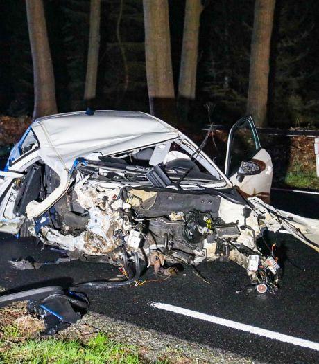 20-jarige ongedeerd na zware crash op de Veluwe waarbij motorblok uit auto werd geslingerd