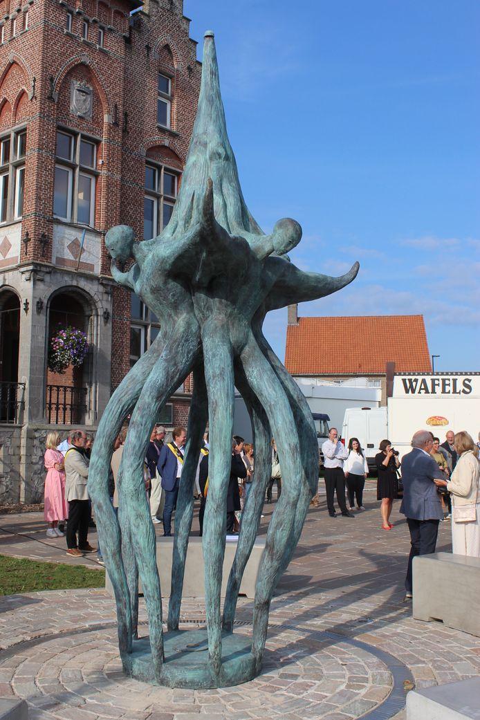 Er schuilt heel wat symboliek in het kunstwerk aan het gemeentehuis van Sint-Laureins.