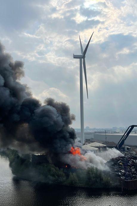 Grote brand bij schrootbedrijf AVI in Den Bosch: brandweer tot diep in de avond bezig met blussen