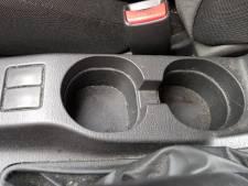 Met deze geniale truc reinig je de bekerhouders in je auto snel en eenvoudig