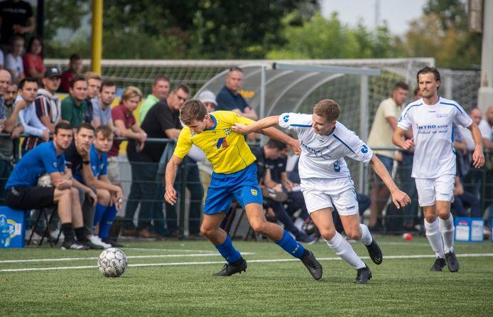 Niet eersteklasser De Merino's (witte tenues), maar tweedeklasser VRC (gele shirts) gaat naar de volgende ronde van de districtsbeker.
