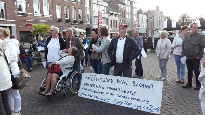 Zorgpersoneel en cliënten protesteerden een paar keer op de Markt tegen de veranderingen op het gebied van huishoudelijke hulp in Roosendaal.