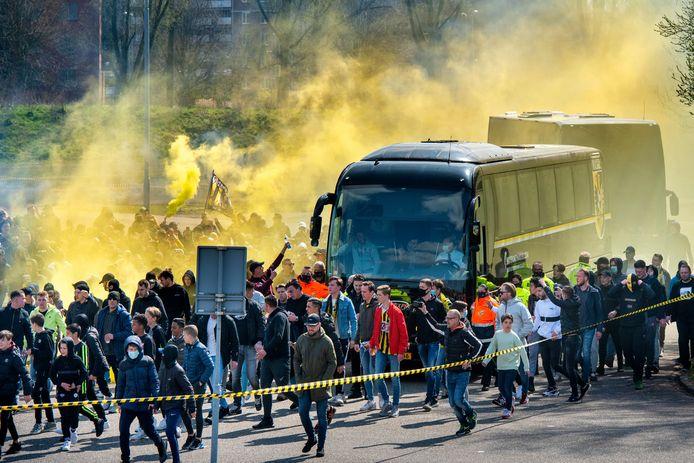 Fans van Vitesse doen de spelersbus op het terrein rond GelreDome uitgeleide.