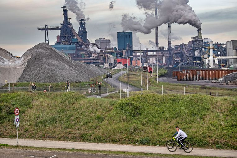 Tata Steel in IJmuiden  ligt al twee jaar onder vuur, onder meer vanwege overlast door schadelijke stoffen in de omgeving.  Beeld Guus Dubbelman / de Volkskrant