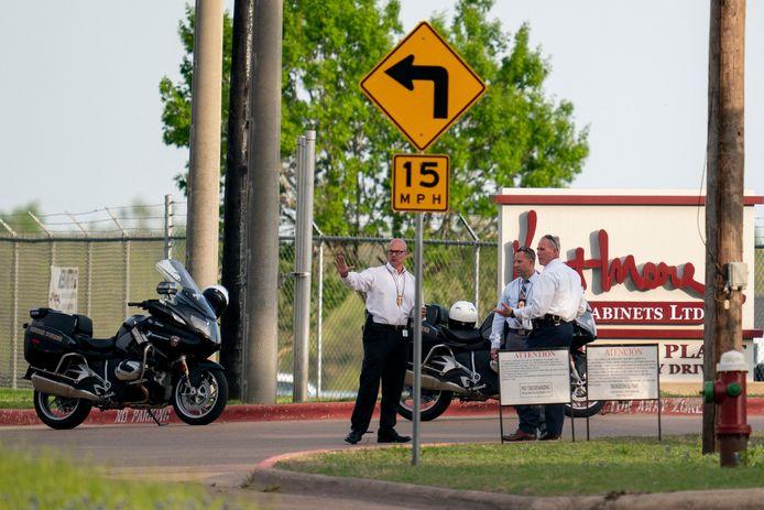 Politieagenten op de plek van de schietpartij, meubelzaak Kent Moore Cabinets in Bryan, Texas.