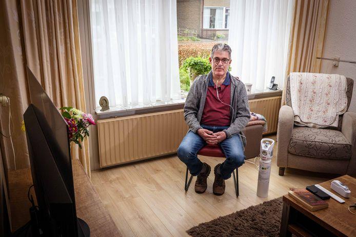 Roelof Zwiers heeft de zuurstoffles nu niet meer nodig, maar vindt het wel fijn dat hij nog steeds zelf het zuurstofgehalte in zijn bloed kan meten.