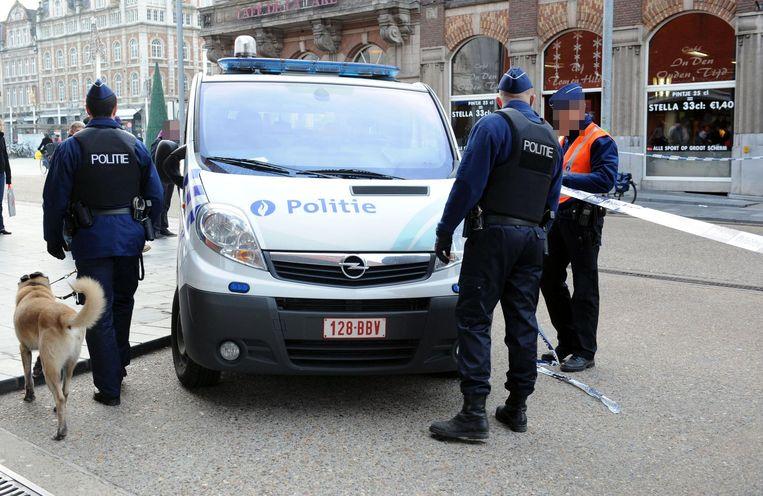Enkele agenten spannen de plek van de schermutseling af met politielint.