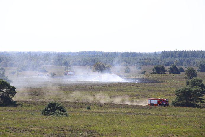 De brandweer aan het werk op de heide bij Elspeet, waar afgelopen augustus een brand woedde.