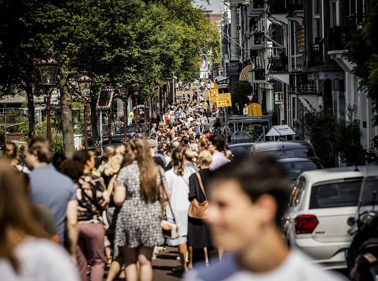 De rij wachtenden voor theater Carré in Amsterdam. Beeld ANP