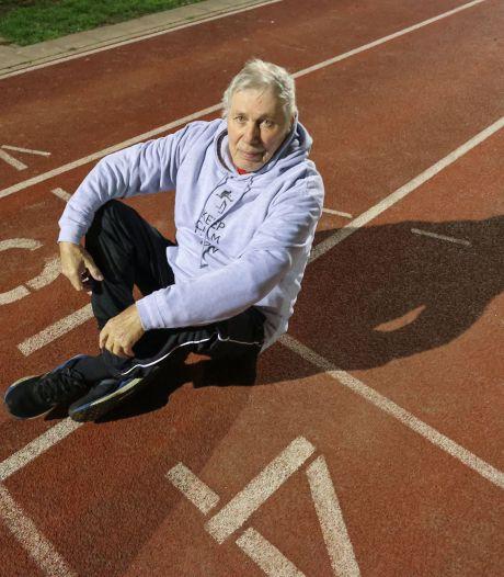 Eindhovenaar De Koning doet ook op zijn 80ste nog moeiteloos voor hoe je het best over de horden springt