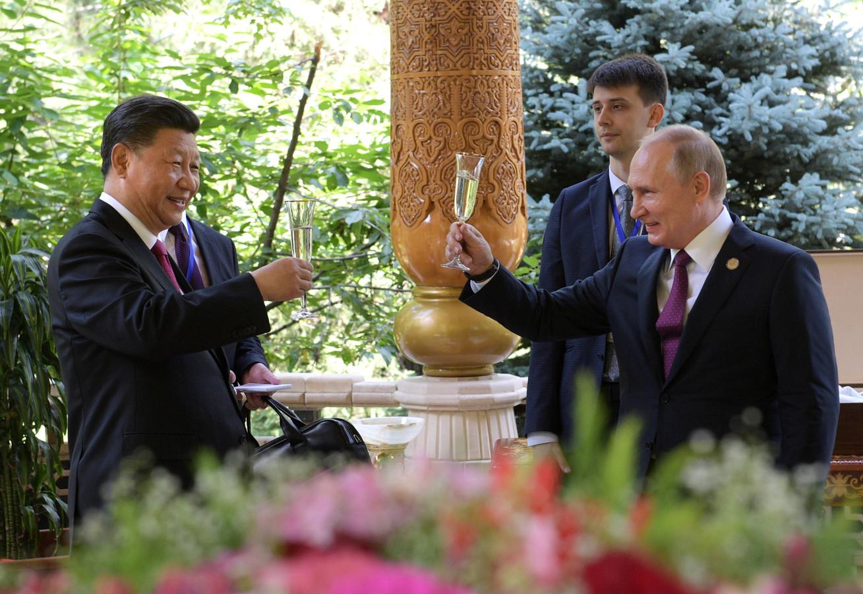 President Xi Jinping en president Vladimir Poetin heffen het glas.