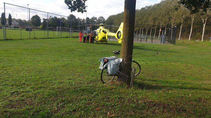 Een traumahelikopter landde maandagochtend in Malden omdat een vrouw was gevallen met haar fiets.