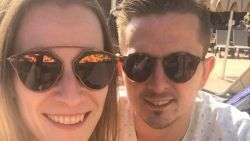 """Aaron en gezin sinds dinsdag in corona-quarantaine in Tenerife: """"Maken ons vooral zorgen om zoontje Astor"""""""