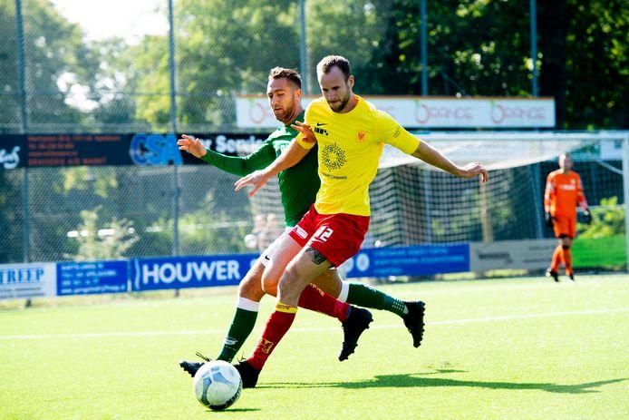 Sven Teunissen van Groen Wit in duel met Pascal van het Erve van Apeldoornse Boys.