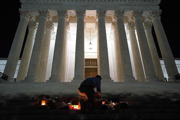 Bij het Amerikaanse hooggerechtshof hebben mensen na de dood van rechter Ruth Bader Ginsburg een herdenkingsplaats ingericht.