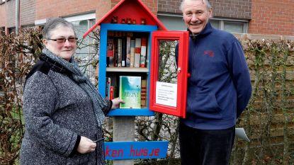 Yvette en Germain zetten 'boekenhuisje' in voortuin