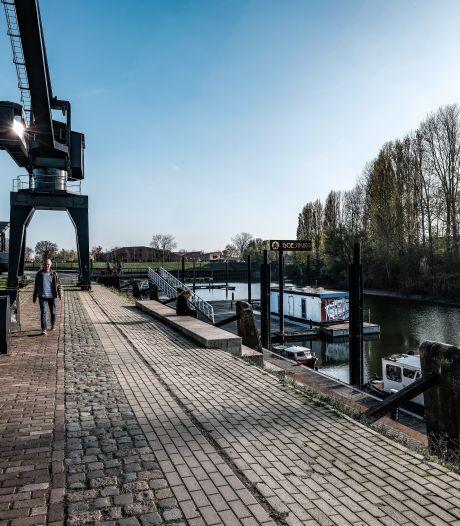 Met zaklamp op zoek naar 200 kunstwerken in Doesburgse loods: 'Eerste manifestatie sinds corona'